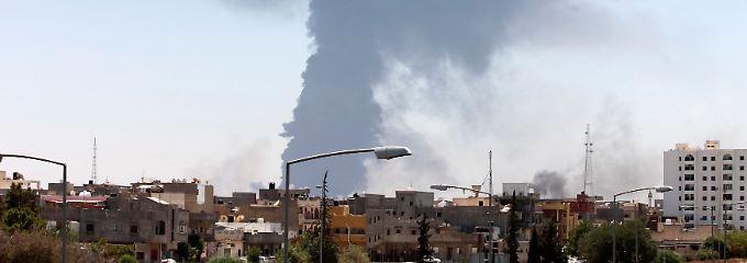 Rauchwolken über Tripolis: Die Kämpfe rivalisierender Milizen bedrohen die Lager- und Förderkapazitäten Libyens.