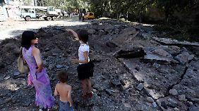 Die Luftangriffe sollen einen großen Krater in eine Straße gerissen haben.
