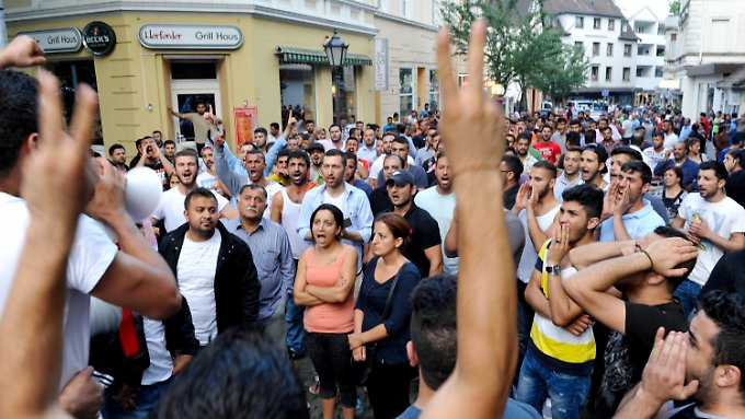 Nach der Attacke auf die jesidischen Männer versammelten sich rund 300 Angehörige der Glaubensgemeinschaft, um gegen den Angriff zu protestieren.