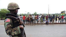 Um eine weitere Ausbreitung der Epidemie zu verhindern, gelten in Liberia mittlerweile Reisebeschränkungen, die von der Armee überwacht werden.