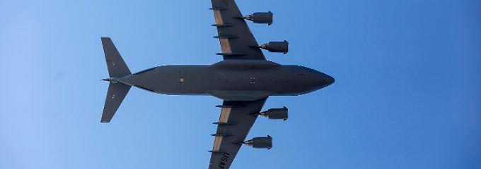 """Zurück in den Irak: Die US-Militärmaschinerie läuft an. Mit Transportern vom Typ C-17 """"Globemaster"""" lässt Washington bedrängten Kriegsflüchtlingen humanitäre Hilfe zukommen. Die Ölpreise steigen."""