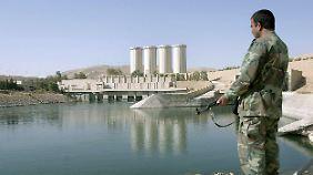 """Das Archivbild von 2007 zeigt einen irakischen Soldaten an der wichtigen """"Mossul-Talsperre"""", die früher """"Saddam Dam"""" hieß - inzwischen wurde das Gebiet von der IS eingenommen."""
