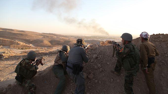 Kurdische Peschmerga-Einheiten beobachten US-Luftschläge im Sindschar-Gebirge.