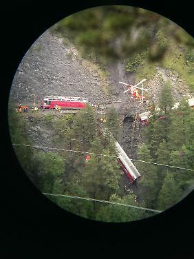 Schwer zugängliches Unfallstelle: Der Unglücksort von der gegenüberliegenden Hangseite aus betrachtet (vergrößerte Aufnahme).