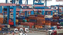 Umschlag auf dem Container Terminal Altenwerder.