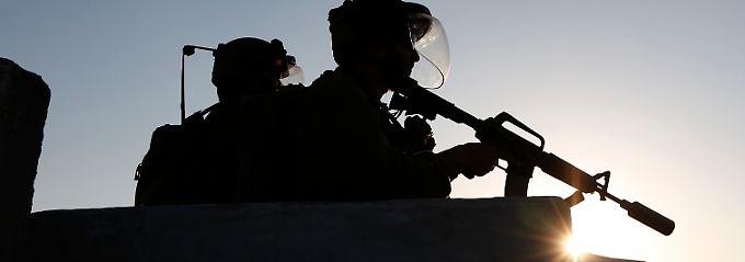 Israelische Soldaten halten Wache während einer Protestaktion von Palästinensern in Ramallah.