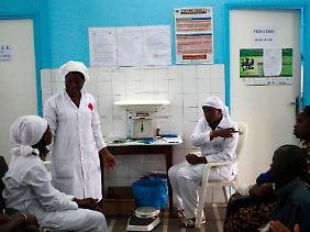 Krankenschwestern vor einem Ebola-Aushang der Regierung in einem Krankenhaus in Abidjan, Elfenbeinküste.