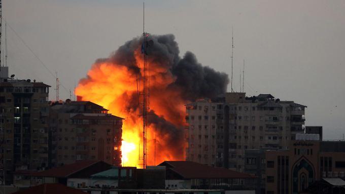 Eine israelische Bombe trifft ein Hochhaus im Gazastreifen.