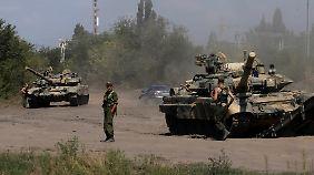Erneut sollen russische Panzer auf ukrainisches Gebiet vorgedrungen sein. Hier im Bild stehen sie noch kurz vor der Grenze im russischen Kamensk-Schaktinski.