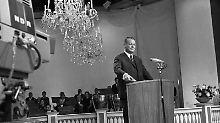 """Bundesaußenminister Willy Brandt löst 1967 auf der """"Internationalen Funkausstellung"""" in Berlin mit einem Knopfdruck den offiziellen Start des Farbfernsehens in Deutschland aus. Foto:dpa"""