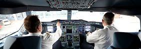 """""""Nötigenfalls mittels Arbeitskampf"""": Die Piloten warten auf Signale der Geschäftsführung - und halten Kontakt zu den Kollegen bei der Bahn."""