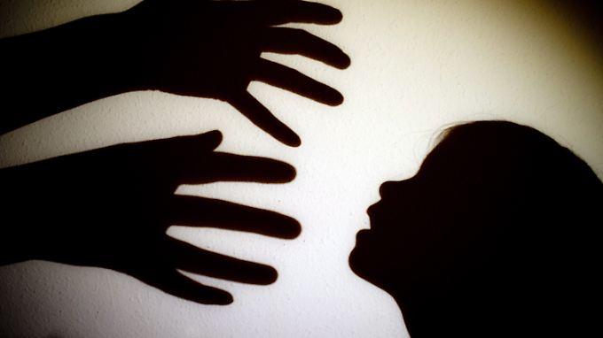 Die Opfer stammten oft aus schwierigen sozialen Verhältnissen und wurden u.a. mit Alkohol gefügig gemacht.