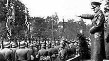 In Warschau feiert Hitler mit einer Parade den schnellen Sieg in einem Krieg, der zunächst nicht so genannt werden darf.