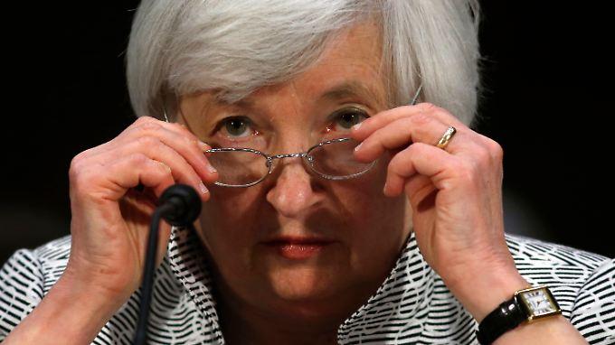 Militärausrüstung; Kugelschreiber und blaue Helfer-Pillen: Yellen hat ihr Geld breit angelegt.