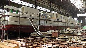 Eine LNG Hybrid Barge in einer Werft in Komarno in der Slowakei.