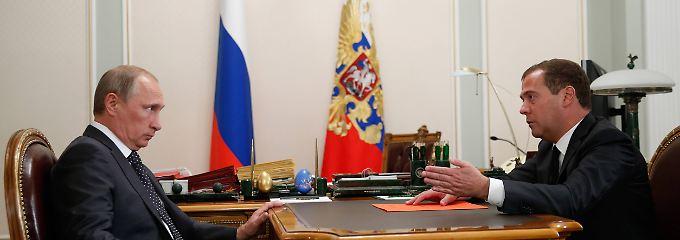 """""""Nicht alles in einem Jahr"""": Russlands Premier Dimitri Medwedew (r.) beim Gesprächstermin mit Präsident Putin in der Sommerresidenz Nowo-Ogarjowo bei Moskau."""