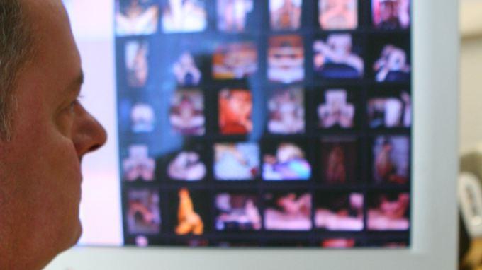 """Beamter des LKA Sachsen vor kinderpornografischen Bildern: Sogenannte """"Massensammler"""" profitieren durch die leichtere Verfügbarkeit der Bilder im Netz."""