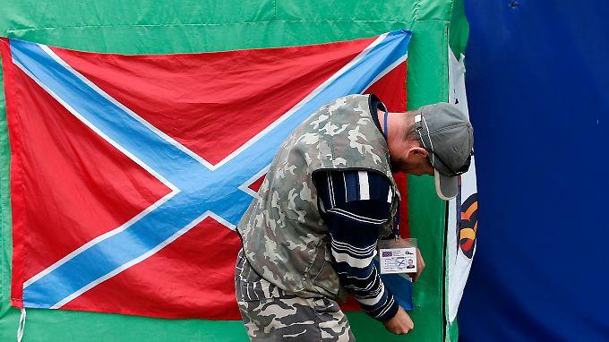 """Die selbsternannten Volksrepubliken Donezk und Luhansk nennen sich zusammen Föderalstaat """"Neurussland"""". Die rot-blaue Flagge gehört dazu."""