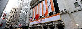 Die Farben Chinas an der Wall Street: Das Hauptportal der New York Stock Exchange ist anlässlich des Alibaba-Einstands festlich geschmückt.