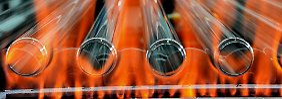 Glasröhren für Leuchtstoffröhren in der Produktion eines Lampenherstellers. Rund ein Viertel des deutschen Bruttoinlandsproduktes (BIP) wird von den deutschen Industrieunternehmen erwirtschaftet.