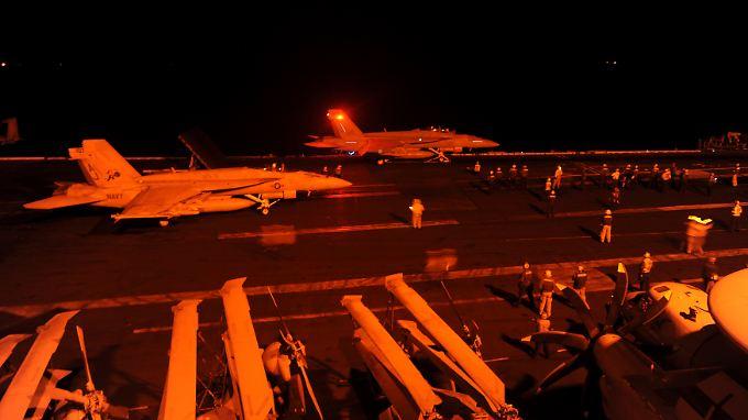 Flugzeuge der US-geführten Koalition haben erstmals Ölfelder unter Kontrolle des IS in Syrien bombardiert.