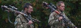 Ukrainische Soldaten in der Nähe eines Kontrollpunktes bei Donezk.