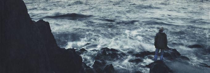 Wo hört die Melancholie auf, wo fängt die Depression an? Wer sich länger als zwei Wochen müde, niedergeschlagen oder traurig fühlt, sollte einen Arzt aufsuchen.