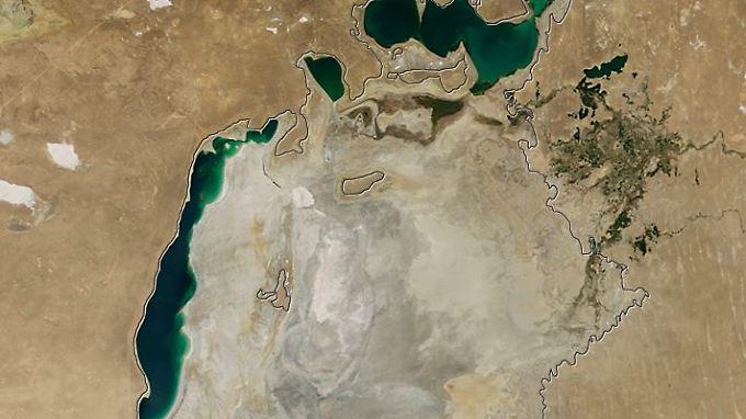 Der in einen langgestreckten Süd- und Nordteil zerfallene Aralsee im Jahr 2014: Die schwarze Umrandung zeigt den Uferstand im Jahr 1960.