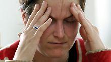 Typische Symptome der Migräne sind Kopfschmerz, Übelkeit und Erbrechen sowie Lichtempfindlich-  und Geräuschempfindlichkeit.