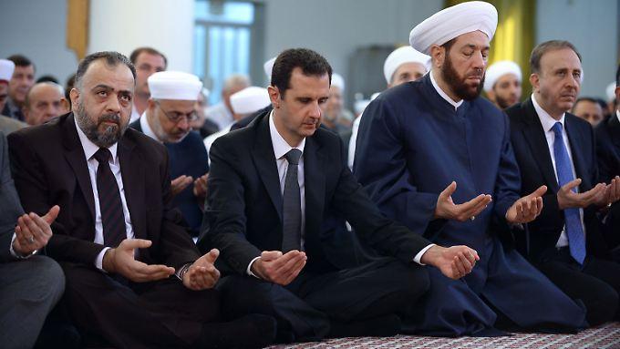 Zum ersten Mal seit Monaten zeigte sich Präsident Assad (2. v. l.) am Samstag öffentlich.