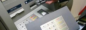 Skimming-techink: Sind Kartenschlitz und Co. manipuliert, können Kriminelle die Daten ihrer Opfer ausspähen. Foto: Thomas Frey