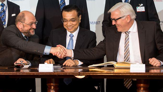 Der Ministerpräsident der Volksrepublik China, Li Keqiang (M), beobachtet Außenminister Frank-Walter Steinmeier (r) und den EU-Parlamentspräsident Martin Schulz.