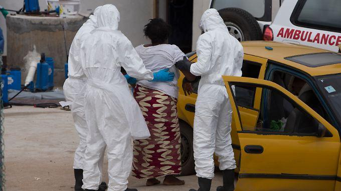 Die Ebola-Helfer machen nicht nur die Drecksarbeit. Sie setzen dabei auch ihr eigenes Leben aufs Spiel.