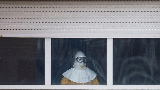 Pflegekraft im Madrider Krankenhaus Carlos III: Das Abnehmen der Schutzmaske ist ein heikler Moment.