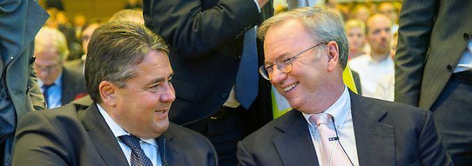 """""""Google lässt keinen kalt"""": Sigmar Gabriel (l.) und Eric Schmidt."""