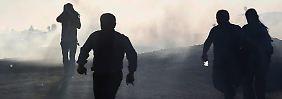 Türkische Soldaten feuern Tränengas auf Kurden im Grenzgebiet.