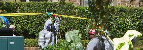 Spezialisten im Vollschutz-Einsatz: Im Auftrag der US-Seuchenkontrollbehörde desinfizieren Experten die Wohnung der zweiten Ebola-Patientin in Dallas.