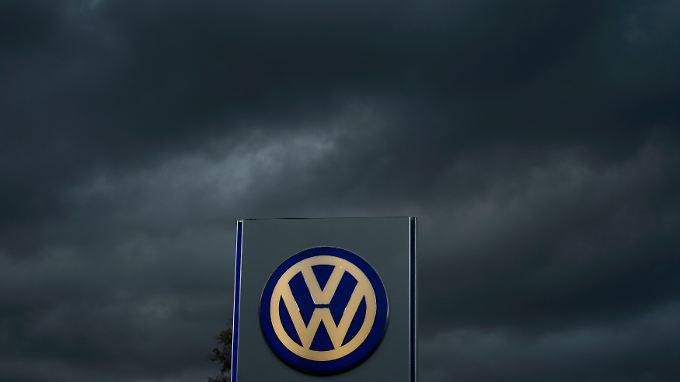 Dunkle Wolken am VW-Himmel: An gut einer Million Autos weltweit muss Europas größter Autobauer nachbessern.