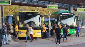 Viele Reisende haben rechtzeitig umdisponiert. Von dem zweitägigen Streik profitieren im Fernverkehr vor allem Busse.