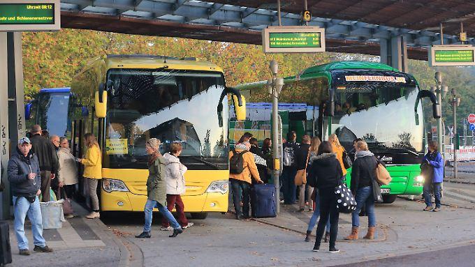 Wenn von den 28 zurzeit fahrenden Fernbus-Gesellschaften wirklich nur 3 oder 4 übrig bleiben, dürfte der Preiskampf noch einige Zeit andauern.