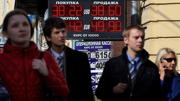 Wechselstube in Moskau: Der Rubel hatte zuletzt dramatisch an Wert verloren.
