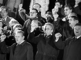 Ganz vorn mit dabei: Schabowski (l.) mit Egon Krenz (m.) und Eberhard Aurich (r.) auf einer Kundgebung am 10. November 1989.