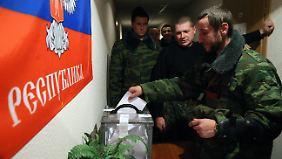 Separatisten bei der Wahl in Donezk.