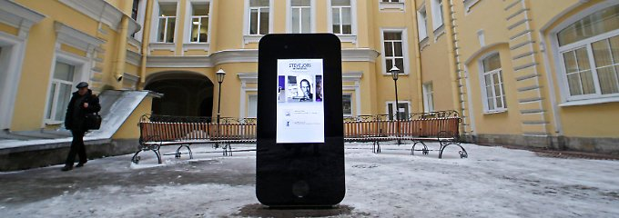 "Das Zwei-Meter iPhone stand im Innenhof der ""State University of Information Technologies"" in St. Petersburg."