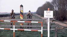 Ritter startete im März 1982 an der Elbe auf eine Wanderung die Grenze entlang - etappenweise an Wochenenden oder im Urlaub. Er läuft die gesamten 1400 Kilometer von der Ostsee bis nach Bayern. Dieses Bild entstand 1984 auf dem Elbdeich bei Lauenburg.