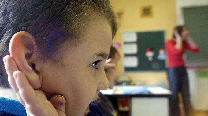 Dauerbeschallung hat Konsequenzen für das Lernverhalten von Kindern.