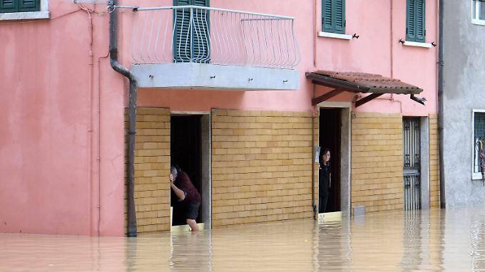 Starkregen lässt Deiche brechen: Norditalien versinkt in brauner Schlammbrühe