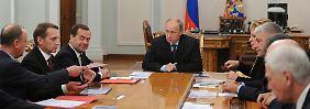 """Gespräche im russischen Sicherheitsrat: Wladimir Putin spricht von """"Krisenmomenten""""."""