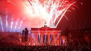 Mauerfall-Gedenken in Berlin: Licht-Mauer steigt in den Himmel auf