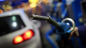Ölpreis im Tiefflug: Warum der Benzinpreis immer noch zu hoch ist